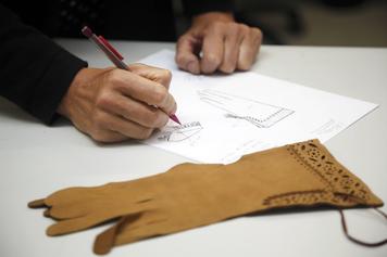 Création d'un gant à la Ganterie Morand (G. Villegier - CRT Nouvelle-Aquitaine)